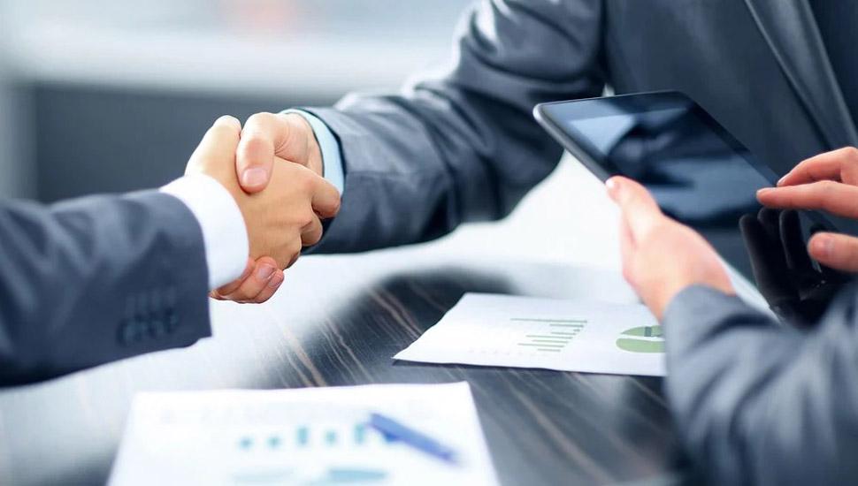 Dvojica poslovnih ljudi se rukuju