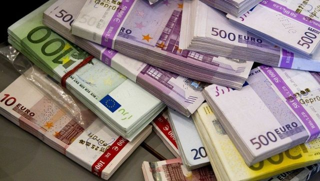 VIŠE OD POLA SRBIJE ČEKA POMOĆ DRŽAVE Četiri miliona građana se prijavilo za uplatu od 100 evra