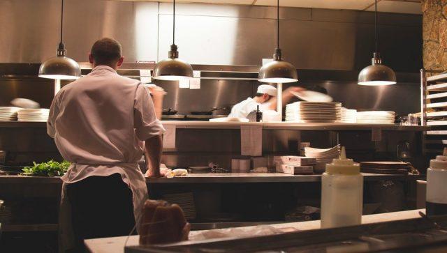 MERE VLADE SPREČILE MASOVNIJA OTPUŠTANJA Od ponedeljka povratak zaposlenih na posao