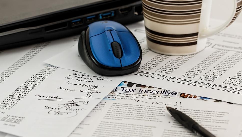 Miš, šolja, papiri, hemijska, laptop, obračun poreza