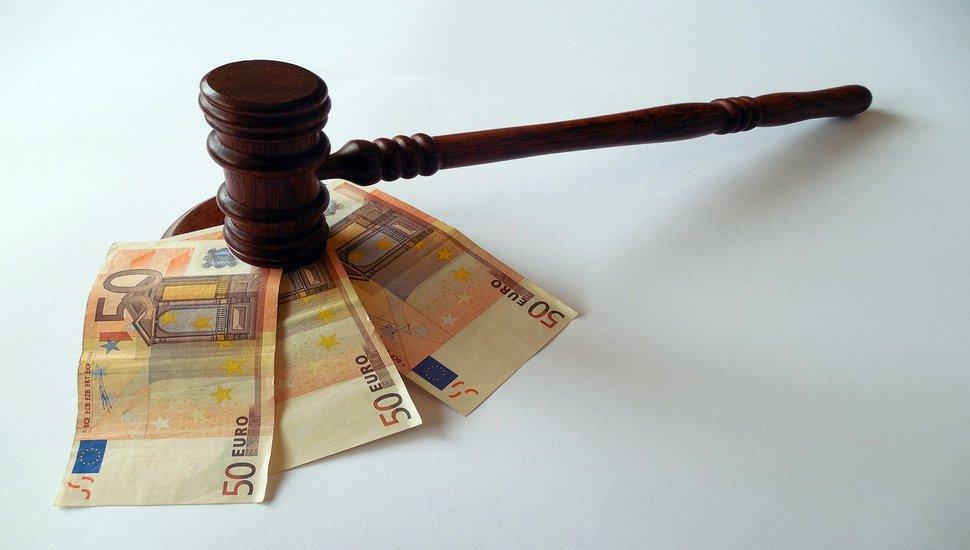 Sudijski čekić i evri