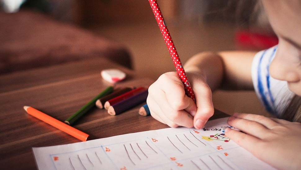 Devojčica piše