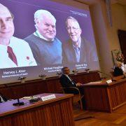 NOBELOVA NAGRADA ZA MEDICINU U RUKAMA TROJICE NAUČNIKA Laureati priznanja identifikovali virus Hepatitis C