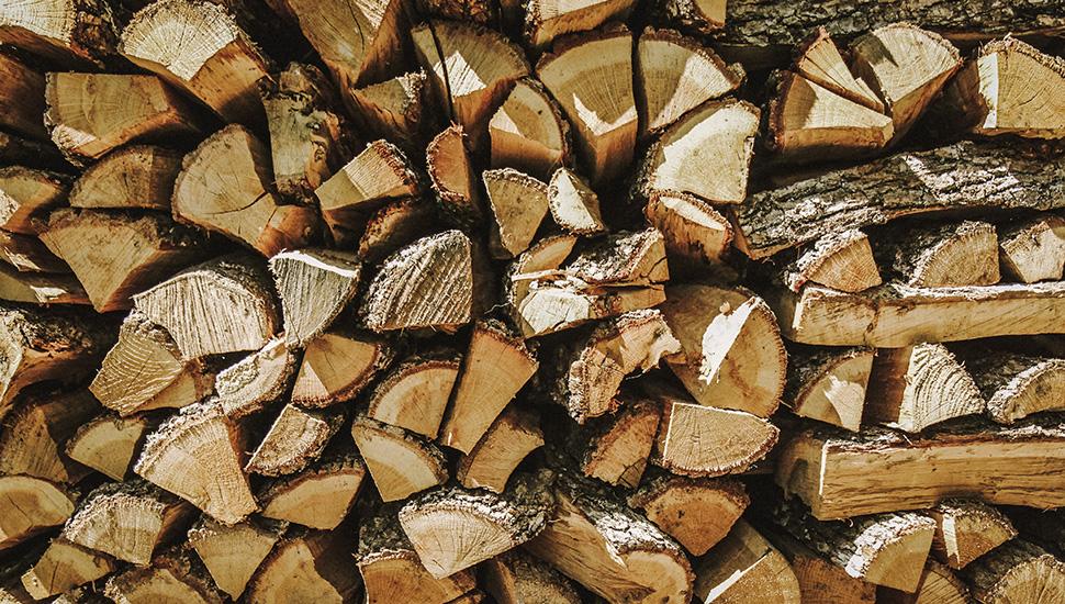 Iscepana drva na gomili