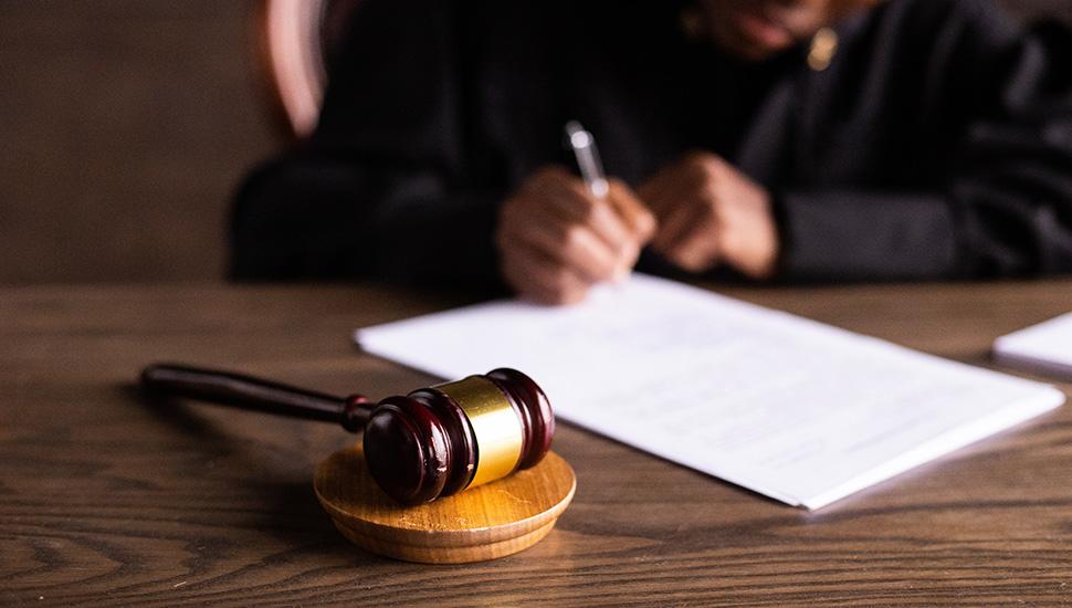 Sudija, čekić, dokumenta i vaga tas