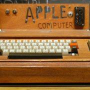 """Prodaje se računar Apple 1 iz 1976. godine, za """"tričavih"""" 1,5 miliona dolara"""